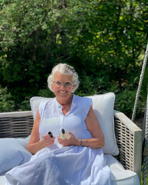 SLÅR ET SLAG FOR TØRRBØRSTING: Lill-Ann Schjelderup eier og driver Gimle Parfymeri i Oslo. FOTO: INSTAGRAM