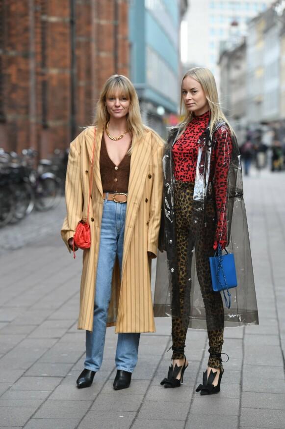 GATEMOTE: De danske influencerne Jeanette Madsen og Thora Valdimars under moteuka i København i januar i år. FOTO: NTB