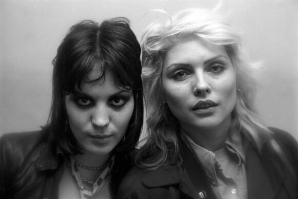 ROCKA: Joan Jett og Debbie Harry fra Blondie rocker begge 70-talls-looken. Her i 1978. FOTO: MediaPunch/Shutterstock/NTB