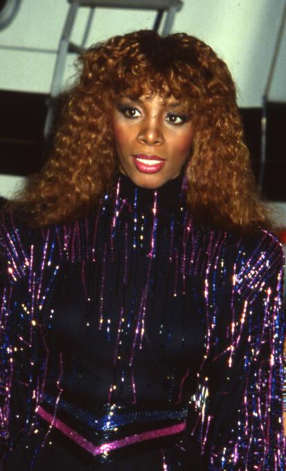 DISCO CURLS: Se til legenden Donna Summer for inspirasjon på hårfronten denne sommeren. FOTO: Walter McBride/REX