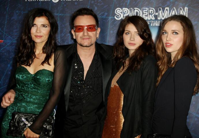 FIN FAMILIE: Eve sammen med mamma Ali Hewson, pappa Bono, og søsteren Jordan Hewson i 2011. FOTO: NTB
