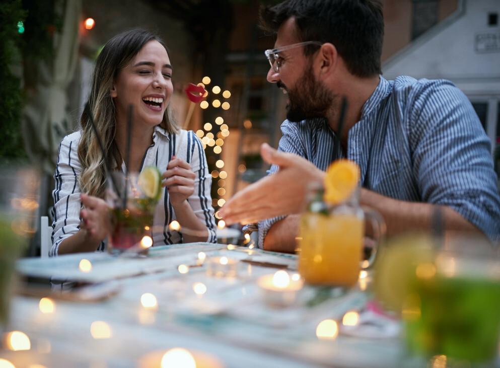 SJEKKER OPP KONA I EN BAR: For noen er det spennende å spille rollespill, for eksempel at dere sjekker opp hverandre og flørter i en bar, selv om dere er gift. FOTO: NTB