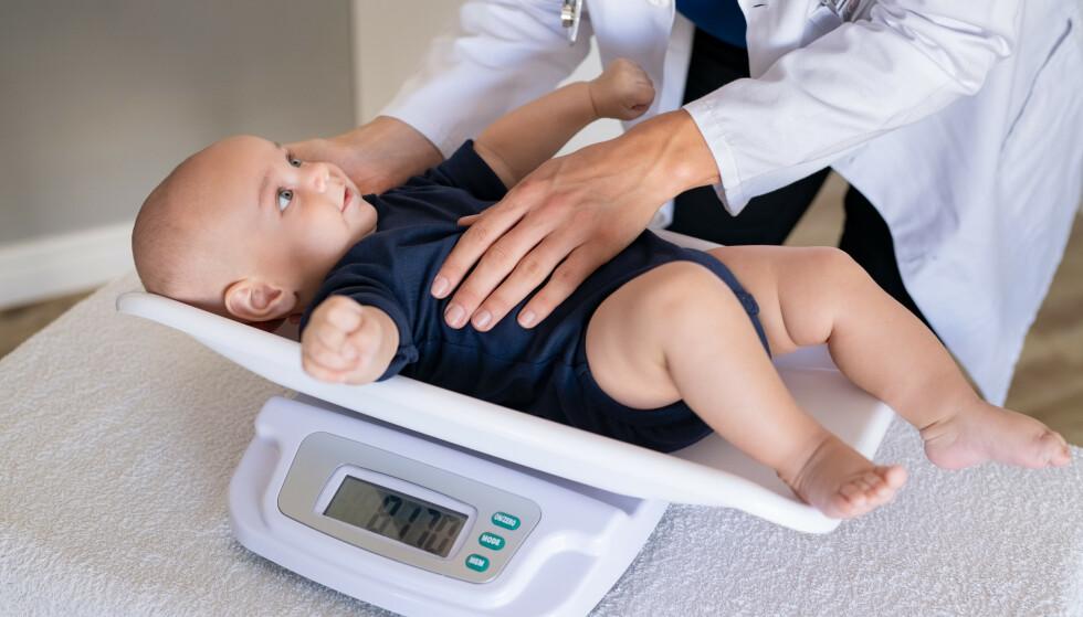 MÅLER BABYENS VEKT: Jevnlige kontroller av vekt og høyde er et fast innslag på konsultasjonene i regi av helsestasjonene. FOTO: NTB