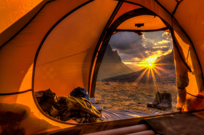 TELTLIV: Det er nesten ingenting som slår det å våkne opp til morgensol etter en natt i telt. FOTO: Jens Ottoson // NTB