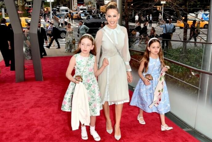 STOLT MAMMA: Sarah Jessica Parker tok med tvillingdøtrene Marion og Tabitha på rød løper i forbindelse med New York City Ballet Spring Gala i mai 2018. FOTO: NTB