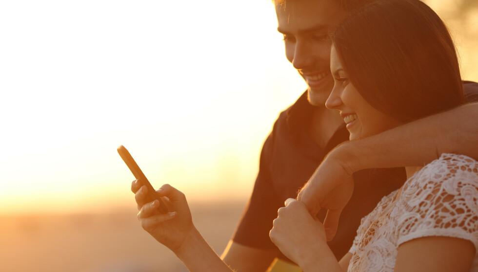 SLETTER TINDER: For mange par er det et viktig skritt at begge sletter datingapper for å satse videre på hverandre. FOTO: NTB