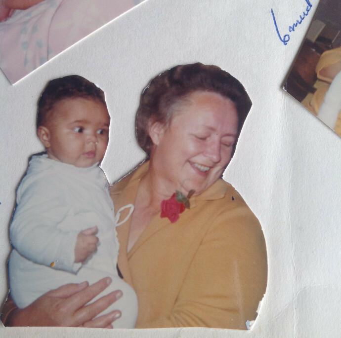 PÅ MORMORS ARM: – Dette er meg sammen med min aller kjæreste mormor, forteller Gry, som vokste opp på gård. FOTO: Privat