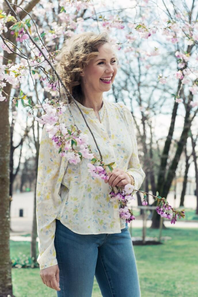 Bluse (kr 300) og jeans (kr 600, begge fra Lindex). Tips! Blomsterprint er alltid en sikker vinner om sommeren! FOTO: Astrid Waller