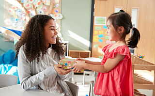 Lærere får smykker i gave fra enkeltelever