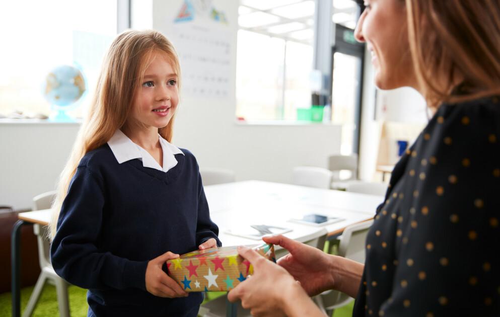 GAVE TIL LÆREREN: Er det egentlig greit at enkeltelever gir læreren ekstra graver? Meningene er delte blant foreldrene vi har spurt. FOTO: NTB