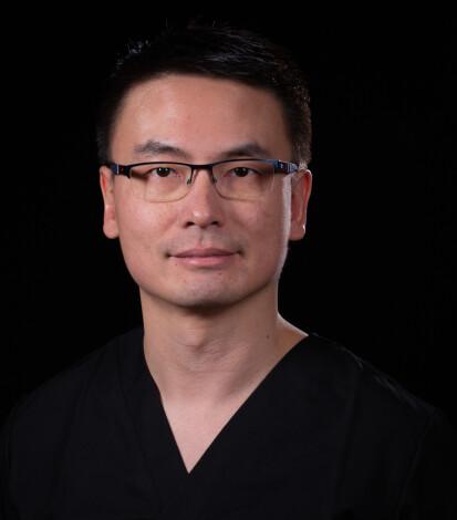 TRYGT VALG: Wai Man Chan er lege hos Laserlegene. Han sier at det er viktig for ham å kunne tilby pasientene sine en behandling med omfattende forskning og klinisk dokumentasjon i ryggen. FOTO: Laserlegene