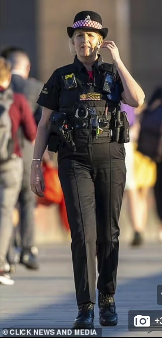 SKIFTET BEITE: Ifølge MailOnline var Penny Lancaster ute på patrulje med en kollega da hun kom over mannen som skal ha urinert inne i en hul skulptur. FOTO: FAKSIMILE/ Mail Online/Klick news and media
