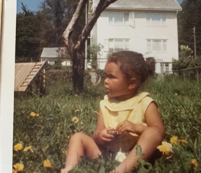 BARNDOMMENS GRØNNE DAL: Den første tiden i Grys liv husker hun som sol, blå himmel og jordbær. Det var ikke før senere at problemene begynte å melde seg. FOTO: Privat