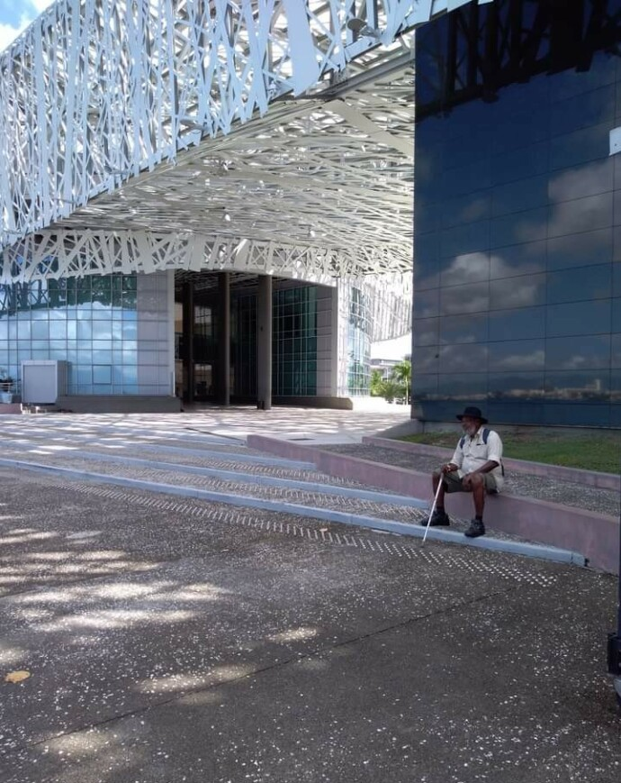 PÅ SLEKTENS STIER: – Den gamle mannen og friheten, sier Gry om bildet hun tok av faren utenfor slavemuseet Memorial Acte på Guadaloupe. FOTO: Privat