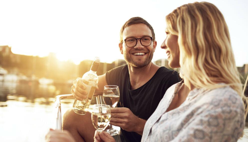 TILTREKNING: Det er helt normalt å bli tiltrukket av en annen selv om du er i et forhold. Spørsmålet er hva du gjør med det? Foto: NTB