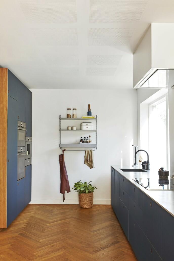De blågrå frontene på kjøkkenet er fra Reform, og de er montert på skap fra Ikea.