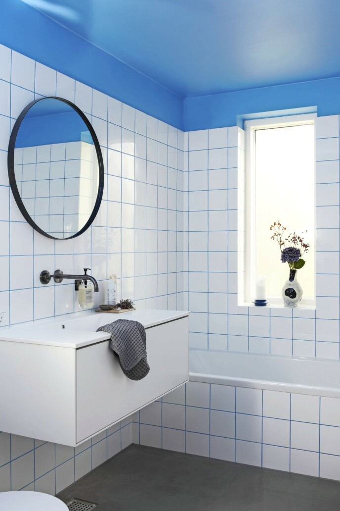Som en morsom effekt er taket malt i samme blåfarge som fugene på det blå badet. De hvite, kvadratiske flisene er lik de originale fra 1930-tallet og er fra Fliseuniverset. Vasen er fra Hay