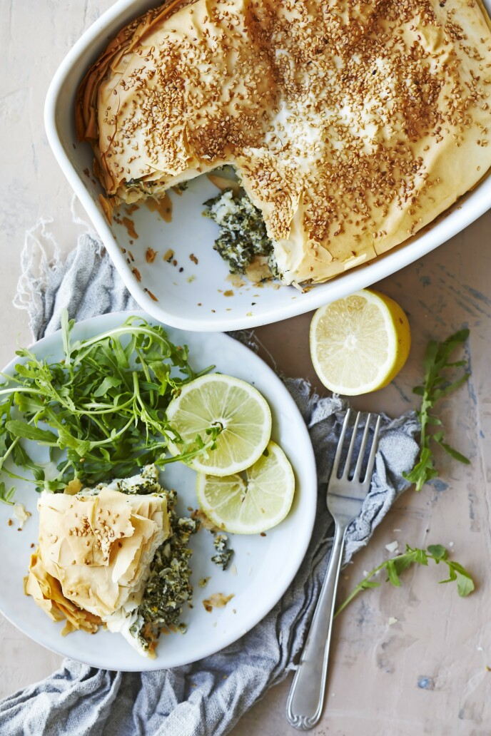 Denne paien kalles spanakopita, og er en gresk rett med deilig, grønt fyll av spinat og feta, og en sprø bunn av filodeig. Tips! Får du rester, er dette en super lunsj neste dag, og den kan også spises kald. FOTO: Winnie Methmann