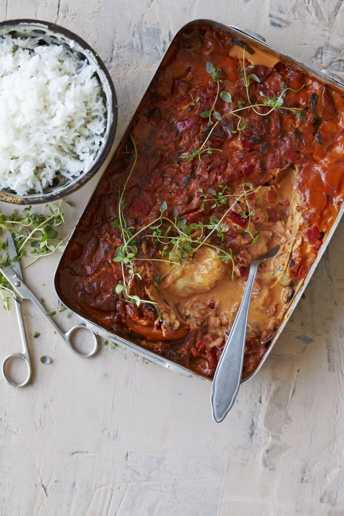 Hvis du vil ha noe annet enn ris, kan du også velge pasta til denne kyllingretten. Tips! Kjøtt eller fisk med grønnsaker og saus i en ildfast form er en super måte å lage middag på. FOTO: Winnie Methmann