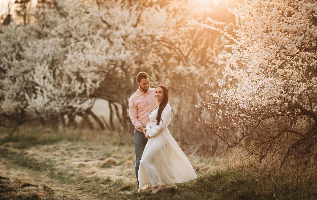 BABY OG BRYLLUP: Først skal June og Thomas ønske sønnen velkommen til verden, og så skal de planlegge bryllup. Drømmen er et sommerbryllup i 2023. FOTO: Camilla Johnsen