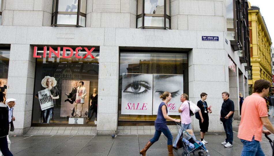 KASTER SEG PÅ: Gjenbruk av klær er trendy, men ekspertene er klare på at forbruket må ned. FOTO: NTB