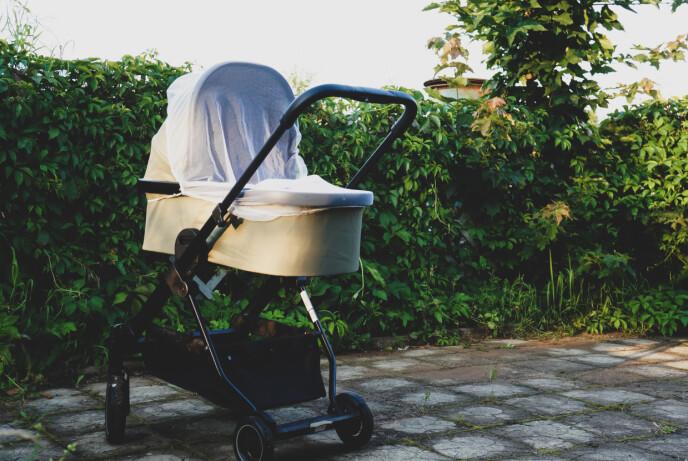 MYGGNETT: Skal barnevognen stå ute, er det smart å sikre vognen med et myggnett. FOTO: NTB