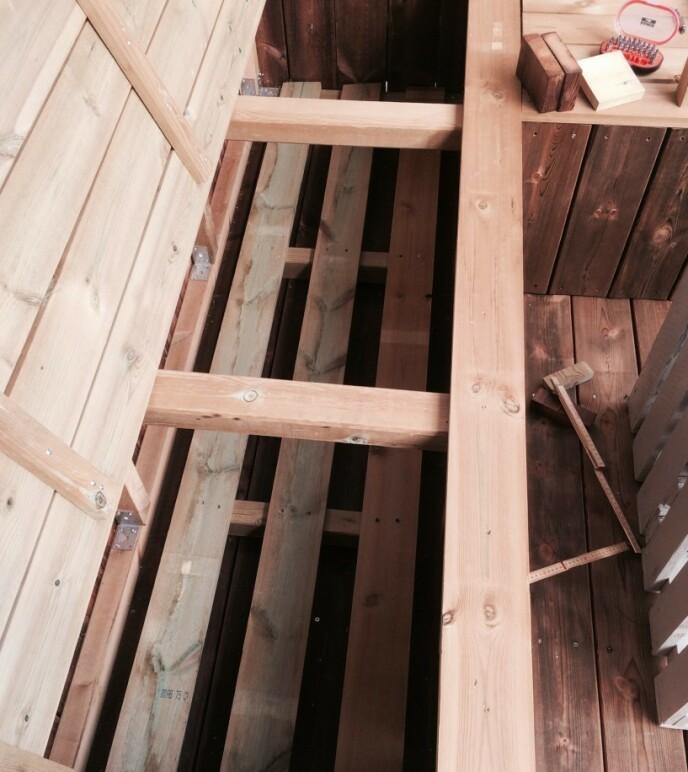 For at putene skal få lufting på undersiden, for å unngå sur lukt og fuktighet, la hun tre vanlige terrassebord nedi kassa. FOTO: Kathrine Haugholt / Mittlilleprosjekt.no.