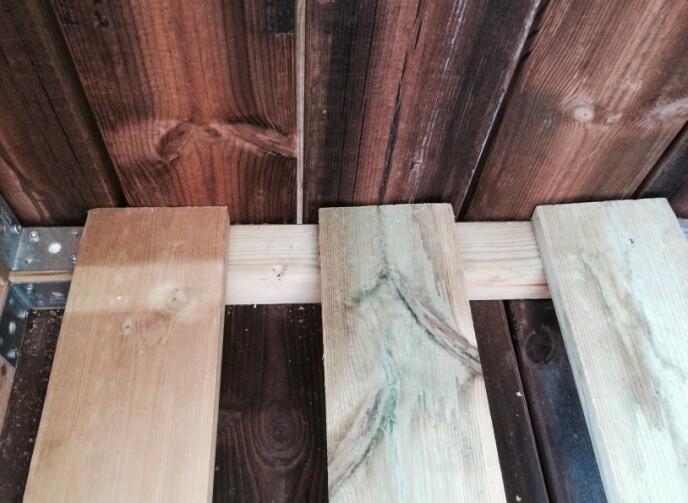 Plankene la hun oppå bereplankene i sittegruppa, for at det skulle bli litt høyde under. FOTO: Kathrine Haugholt / Mittlilleprosjekt.no.