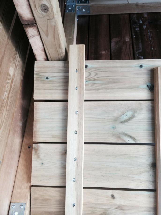 Hun kappet to planker som hun festet på sidene, slik at lokket blir låst fast i riktig posisjon og ikke flytter på seg. Plankene fungerer også som en hemp, slik at det er enklere å få lokket på plass når man åpner og lukker. FOTO: Kathrine Haugholt / Mittlilleprosjekt.no.