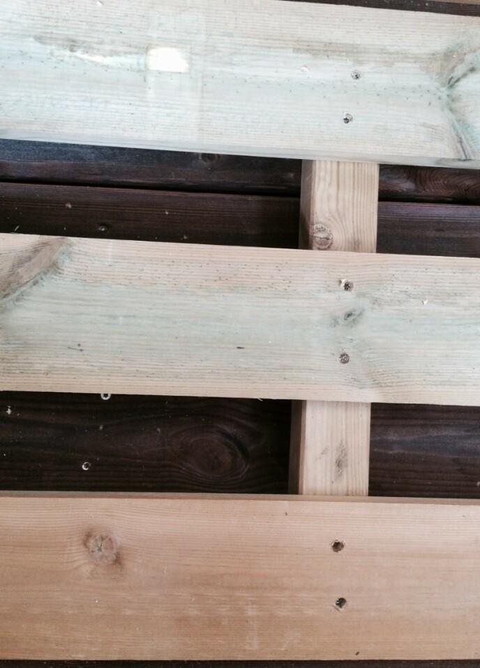 Så satte hun to planker under slik at plankene ikke skal bøye seg. FOTO: Kathrine Haugholt / Mittlilleprosjekt.no.