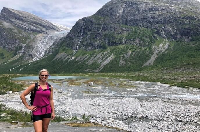 EVENTYR: Silje Sandmæl ved Bodalsbreen i Loen - et populært reisemål for mange! FOTO: Privat