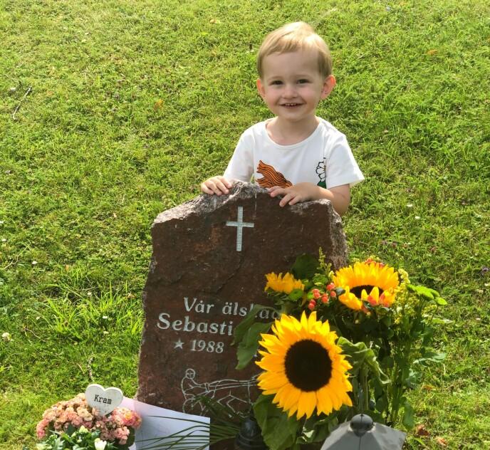 EN GLAD GUTT: William tar ofte med seg tegninger og andre ting han har laget til faren sin, som han legger igjen på gravstedet. FOTO: Privat
