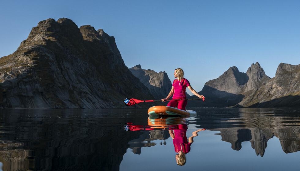 UTE: På SUP-brett blant Lofotens tinder er Kari i sitt element.
