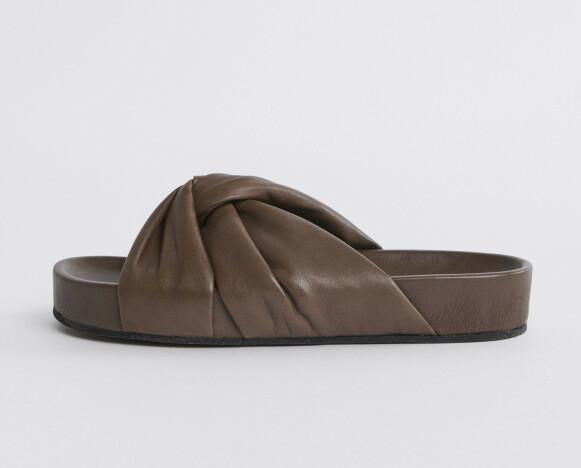 Brune slippers (kr 2600, Filippa K).