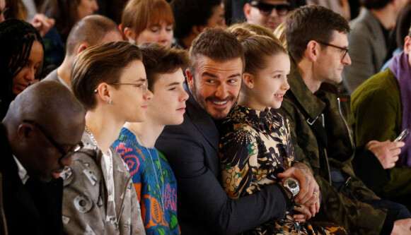 STØTTER HVERANDRE: Beckham-familien på første rad under Victoria Beckham sin motevisning i 2020. FOTO: NTB