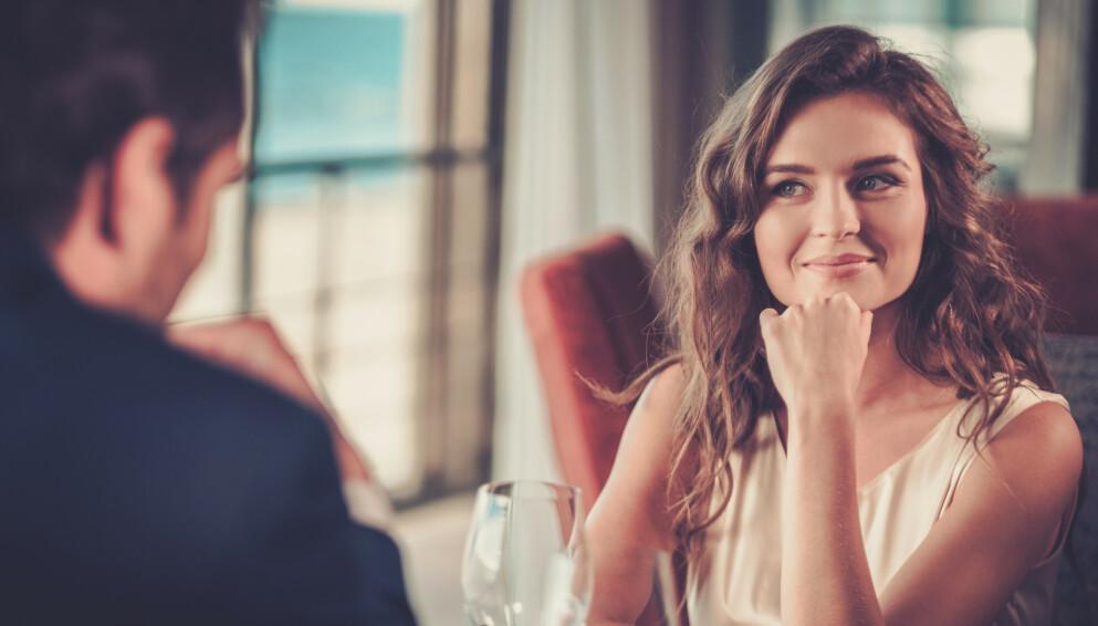DATE: Ifølge datingekspertene, er det hovedsakelig én ting som er viktig hvis du vil sjarmere en mann på date. Foto: NTB