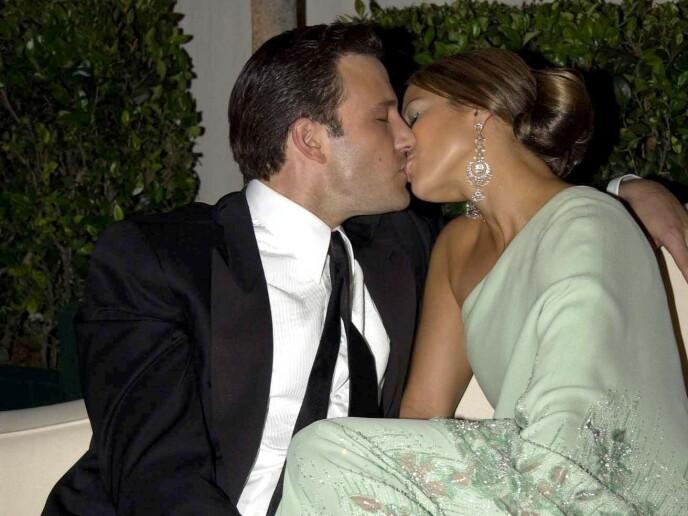 FORELSKET: Ben Affleck og Jennifer Lopez har åpenbart aldri hatt noe imot å kline for åpent kamera. Her fra Oscar-festen i 2003 - da de i likhet med i 2021 - kun har øyne for hverandre. FOTO: NTB