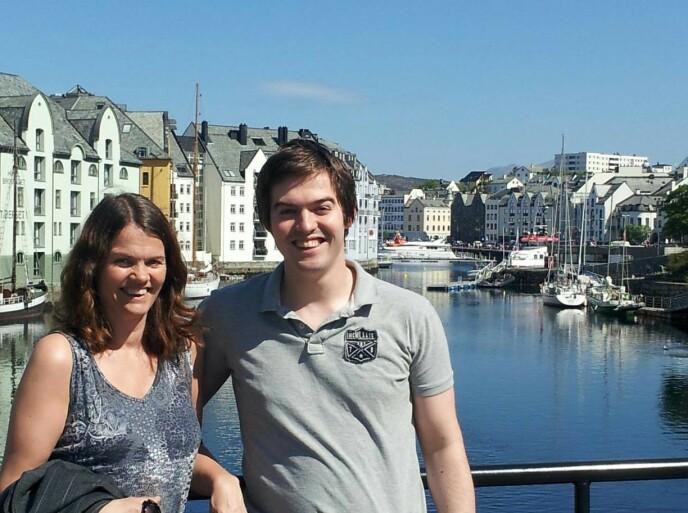 I ÅLESUND: Elin og sønnen i byen hvor han studerte. FOTO: Privat