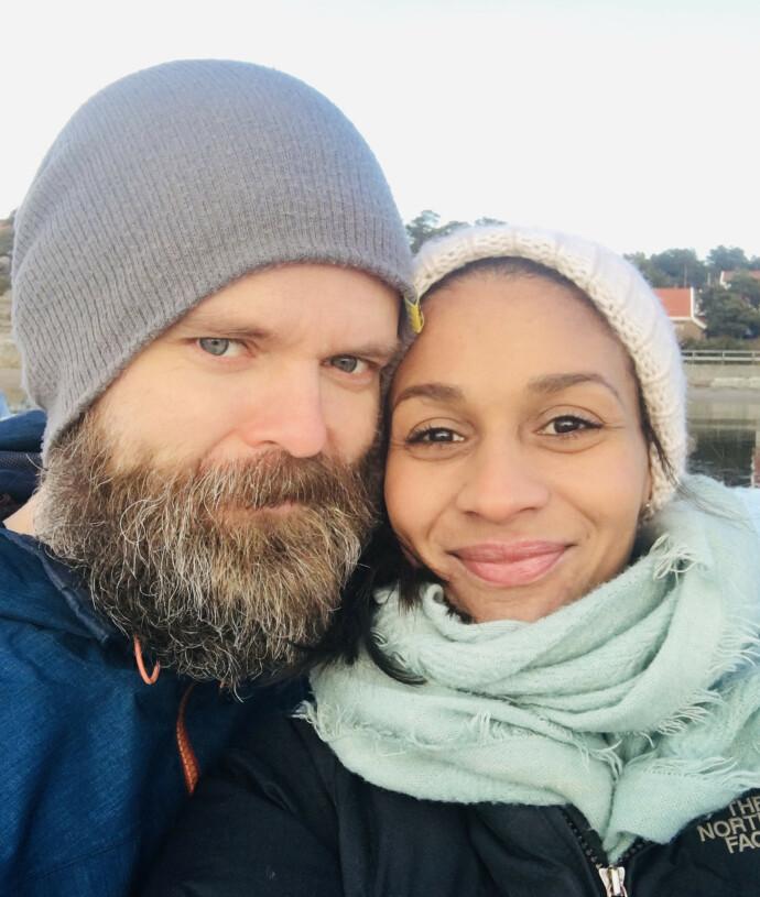 HJEMME: Lisa og mannen Einar hjemme på Hvaler. Lisa tror faktisk ikke hun hadde vært illustratør, hadde det ikke vært for Einar. FOTO: Privat