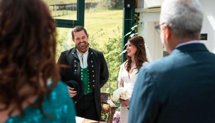 NY EPOKE: Denne sommeren ser foreldrene og svigerforeldrene sin lykkelige sønn og svigersønn gifte seg med kjæresten Karina. FOTO: Dagny Sunde