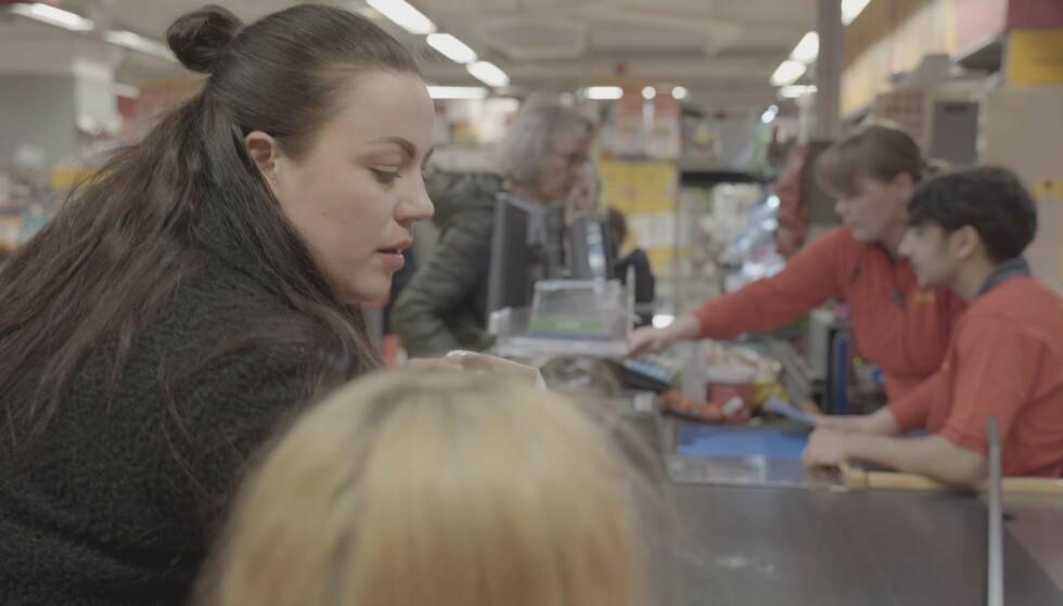 IKKE RÅD TIL MAT: I filmen får vi blant annet se hvor skamfullt det kan være å handle i matbutikken med rekvisisjon for nødhjelp fra NAV. FOTO: Privat