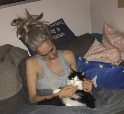 LABBETUSS: Eli med katten sin, som hun var ekstremt glad i. Foto: Privat