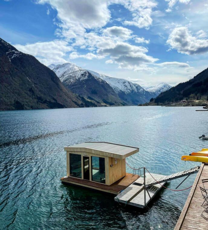 HETE OPPLEVELSER: Flytende badstuer dukker opp over hele landet. Som her, ved Fjærland Fjordstove i Sogn. FOTO: Odd Roar Lange/The Travel Inspector