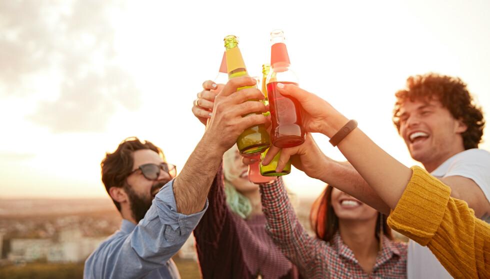 DRIKKE MYE: - De som drikker for rusens del, som får et «kick» av å innta alkohol, de har nok en større risiko for en tenningsreaksjon, eller å ikke klare å begrense seg, sier seniorforsker Jørgen G. Bramness. FOTO: NTB