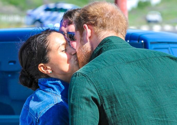 FORELSKET: Meghan og Harry har vært kjærester siden 2016. Nå fem år senere har de giftet seg. fått to barn og flyttet til USA. FOTO: NTB