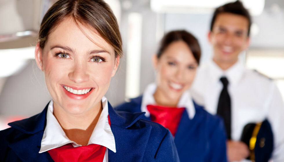 SMIL TILBAKE: Å ikke møte personalet med et smil, er bare en av tingene kabinbetjeningen irriterer seg over. FOTO: NTB