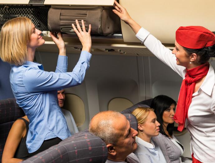 DER JA: Koffert opp, og håndveska på gulvet foran deg. Da en du hensynsfull. FOTO: NTB