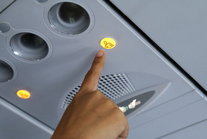 HVA ER KLOKKA, TRO? Nei, å ringe på kabinbetjeningen for småting er ikke å anbefale. FOTO: NTB