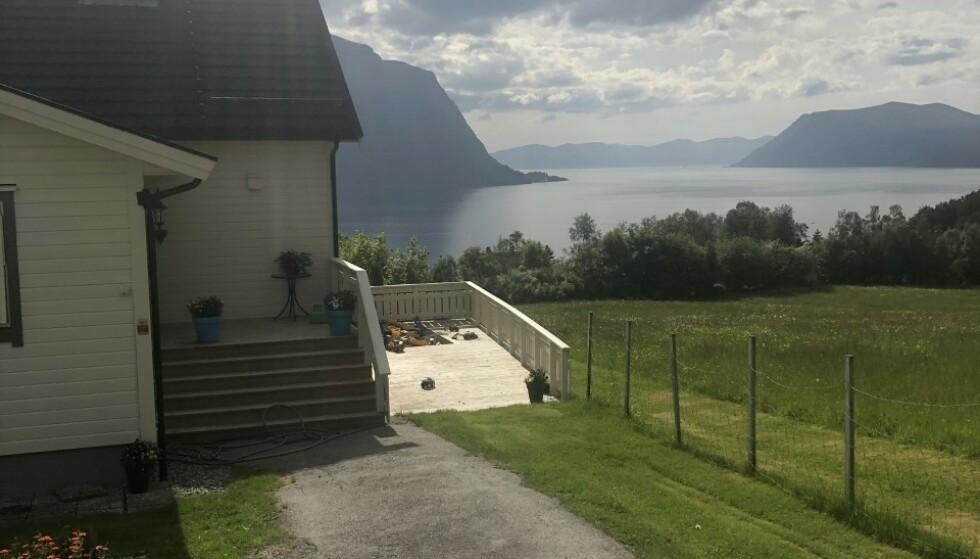 FANTASTISK UTSIKT: Med både sandkasse, trampoline, huskestativ og jacuzzi, samt en fantastisk fjordutsikt, har hjemmet alt en barnefamilie trenger for å få en fin ferie. FOTO: Privat