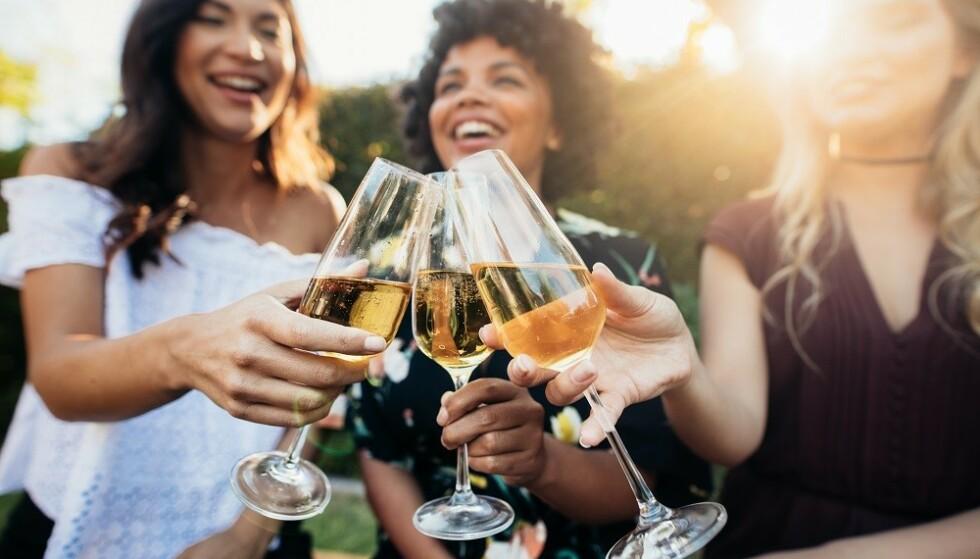 KICK AV ALKOHOL: Vi reagerer ulikt på alkohol. Noen opplever at det er vanskelig å slutte å drikke når de først har begynt. FOTO: NTB
